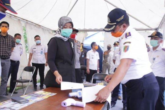 Petugas Pelabuhan Bakauheni periksa kelengkapan surat calon penumpang