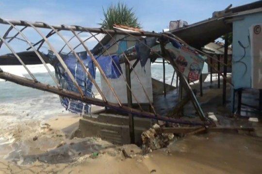"""Diterjang gelombang, ratusan """"gazebo"""" di pantai Gunung Kidul-DIY rusak"""