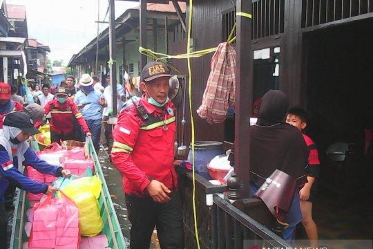 Relawan Salurkan Makanan untuk Korban Banjir Samarinda