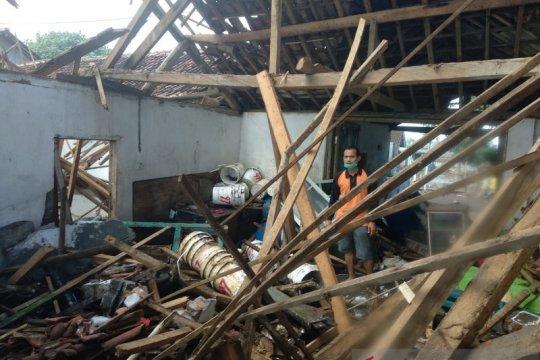 Dihantam gelombang, banjir rob terjang Pantai Payangan Jember-Jatim