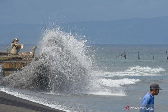 Gelombang tinggi di pesisir Pantai Ampenan