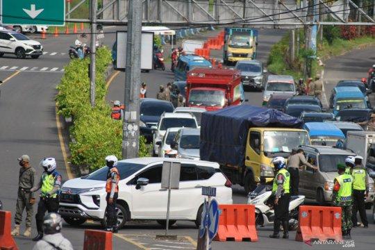 Kendaraan menuju jalur Puncak Bogor diputar balik
