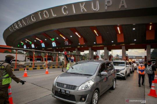 Petugas mengintensifkan penyekatan kendaraan yang menuju Jakarta dan sekitarnya