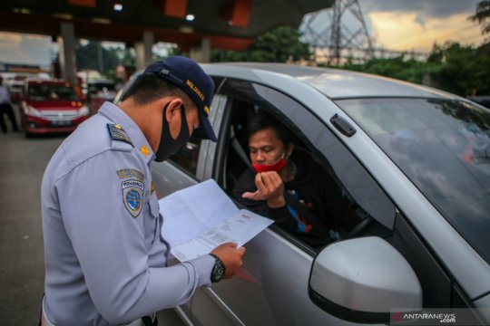 Ratusan kendaraan pemudik diminta putar balik di perbatasan Jakbar