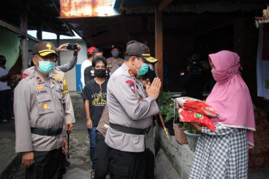 Kapolda Malut pimpin penyaluran bantuan warga terdampak COVID-19