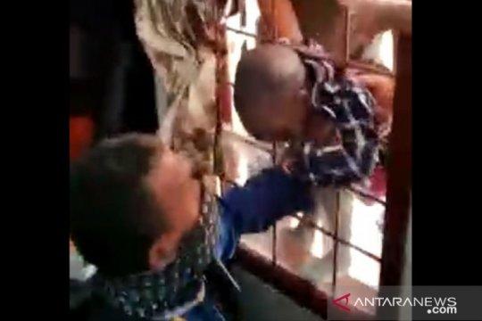 Damkar Jakarta Barat selamatkan bocah asal Mali tersangkut teralis