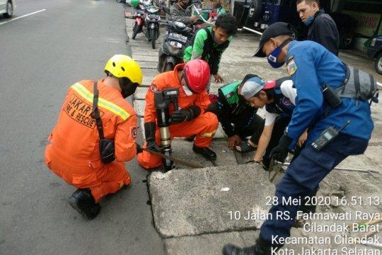 Damkar Jaksel evakuasi ponsel tercebur hingga padamkan kebakaran