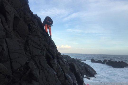 Basarnas selamatkan dua pemancing Sumbawa yang terjebak di tebing batu
