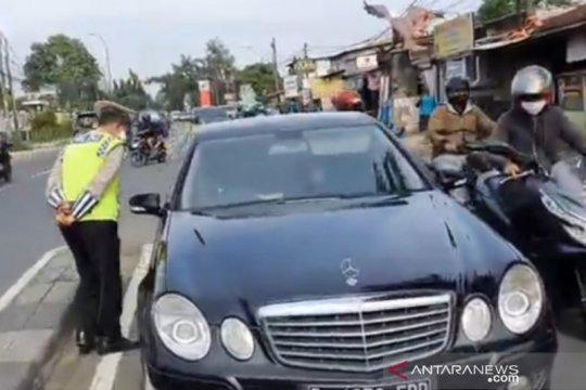 Satpol PP Jaktim kenakan sanksi  12 pelanggar PSBB di Jalan Raya Bogor