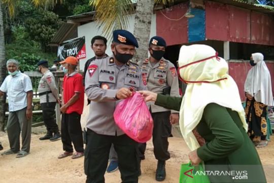 Brimob Polda Sultra salurkan bantuan sembako ke warga pesisir Konawe