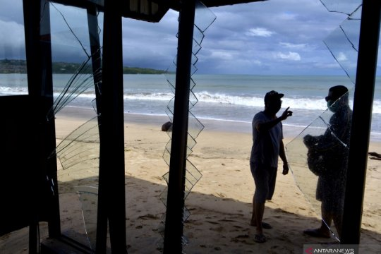 Dampak gelombang tinggi di Bali