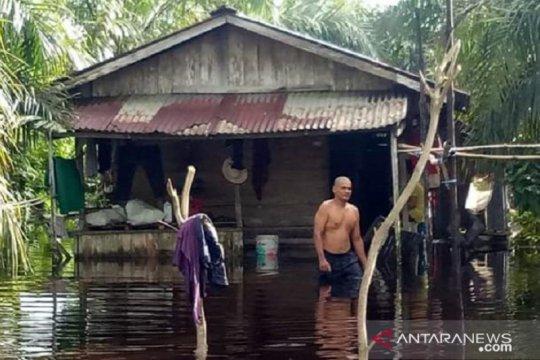 Babinsa Koramil Sedau pantau banjir di Kecamatan Singkawang Utara