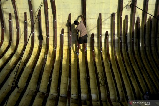 Upah borongan pekerja pembuat kapal pinisi