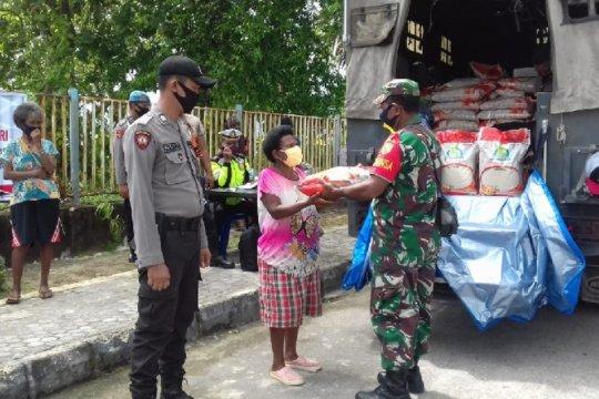 TNI-Polri bagikan sembako warga terdampak COVID-19 di Supiori