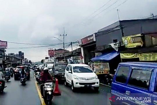 "Puncak diserbu wisatawan, Polisi tak berlakukan ""one way"""