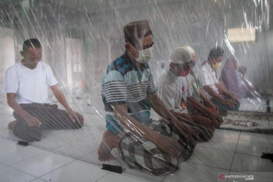 Persiapan normal baru dengan sekat plastik di masjid