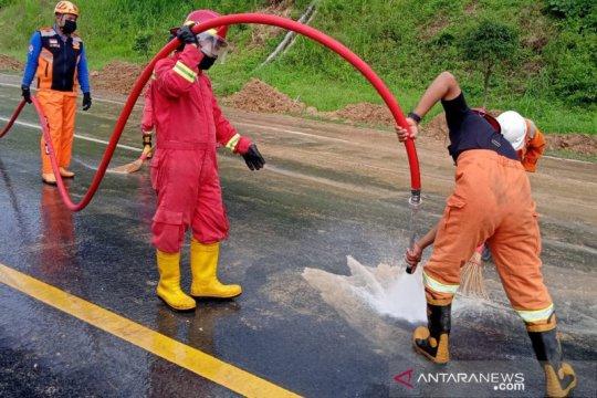 Petugas gabungan bersihkan material longsor di Tol Semarang-Solo