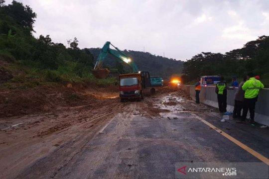 Tanah longsor timbun ruas Tol Semarang-Solo di KM 426