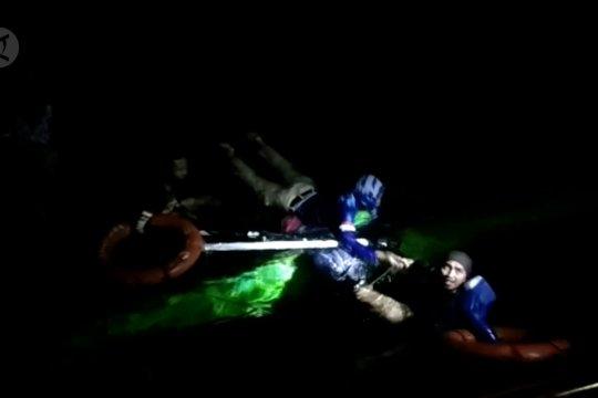 Basarnas selamatkan 4 nelayan alami kapal terbalik