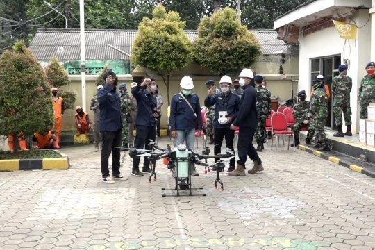 Gunakan drone, TNI AU semprot perumahan padat dengan disinfektan