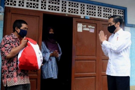 Jokowi tinjau distribusi bansos di Johar Baru-Jakpus
