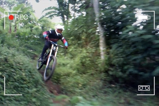 Bersepeda downhill sambil bagi bantuan dan promosi wisata