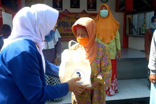 Pengusaha wanita blusukan bagikan sembako di Jember