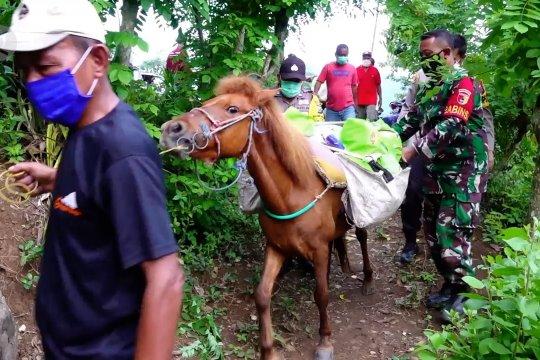 Tak hanya dengan mobil, polisi salurkan sembako pakai kuda
