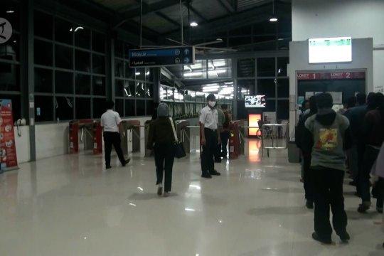 Dibuka kembali, aktivitas penumpang di stasiun Rangkasbitung ramai