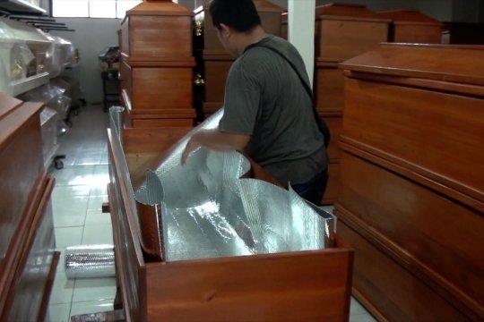 Melihat pembuatan peti jenazah COVID-19