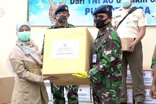 TNI AU bagikan sembako dan APD