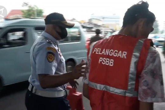 Pelanggar PSBB di Terminal Kampung Melayu disanksi denda hingga push up