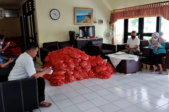 610 paket bansos disalurkan ke warga di Pulau Untung Jawa