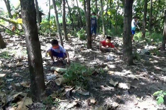 Serunya ngabuburit dengan perang meriam bambu