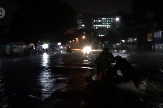 Banjir putus sejumlah jalur utama di Bandung