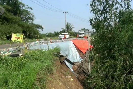 Jalan penghubung Lebak-Bogor ambles tergerus longsor