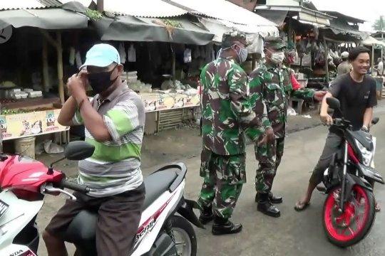 Petugas usir warga Kabupaten Tangerang yang ke pasar tanpa masker