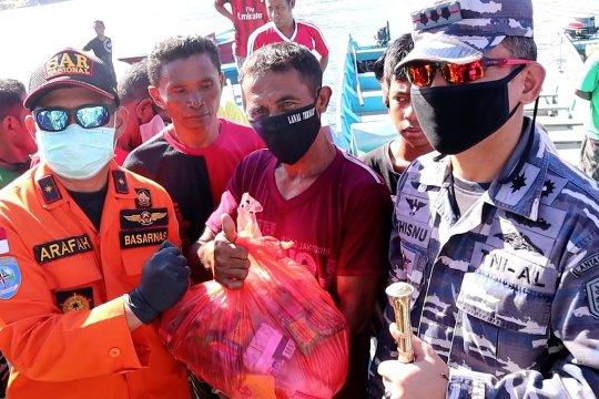 TNI AL bersama Basarnas bagikan ratusan paket sembako untuk nelayan