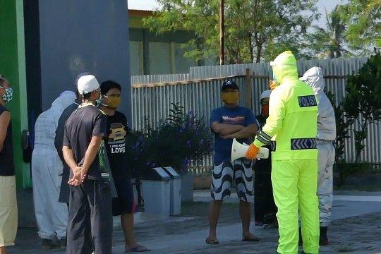Personel Polres Temanggung beri motivasi pasien suspect corona