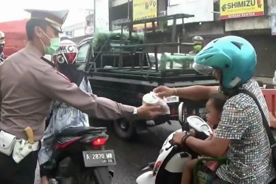 Sambil operasi, Polres Pandeglang bagi bagi takjil gratis