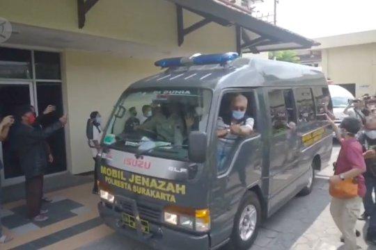 Jenazah Didi Kempot dibawa ke rumah duka di Ngawi