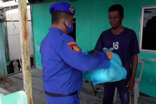 Paket sembako Polairud Polda Kepri untuk Suku Laut