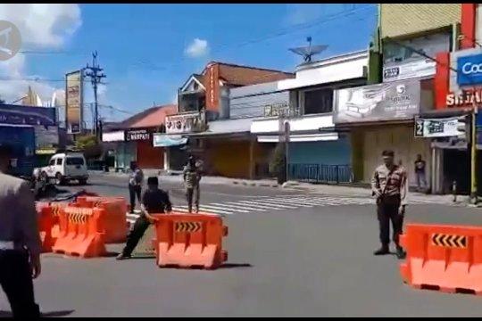 Polisi amankan warga bongkar pembatas jalan