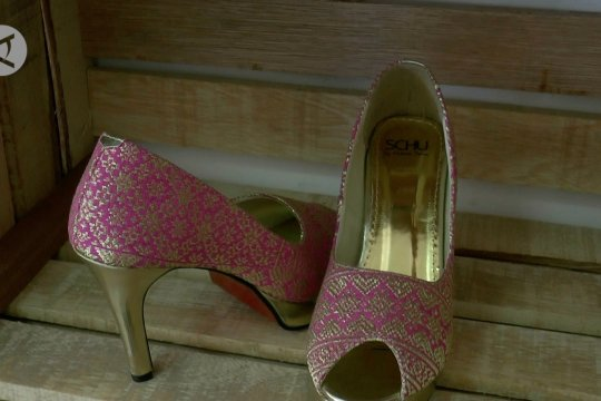 Sepatu cantik dari sisa songket Palembang
