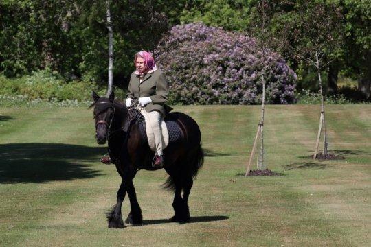 Pembatasan wilayah di Inggris melonggar, Ratu Elizabeth berkuda