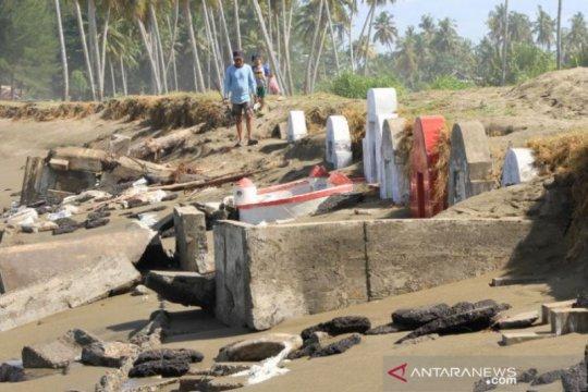 Puluhan makam warga Tionghoa di Aceh Barat tergerus abrasi