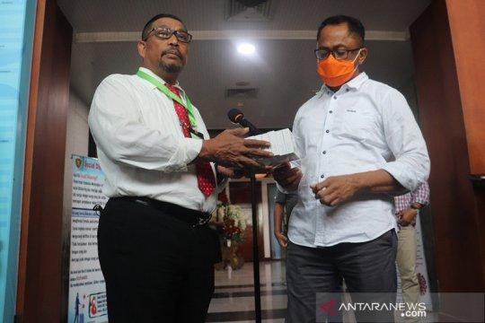 Gubernur Maluku serahkan obat COVID-19 asal Cina