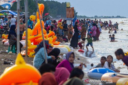 Saat PSBB, wisata Pantai Tanjungpakis Karawang dipadati pengunjung
