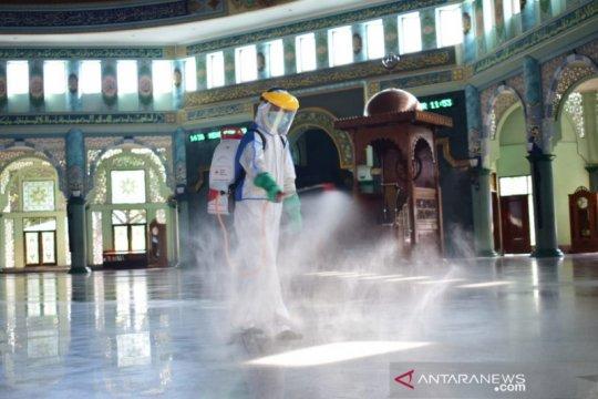 Jelang pembukaan kembali masjid, PMI Tangerang lakukan penyemprotan