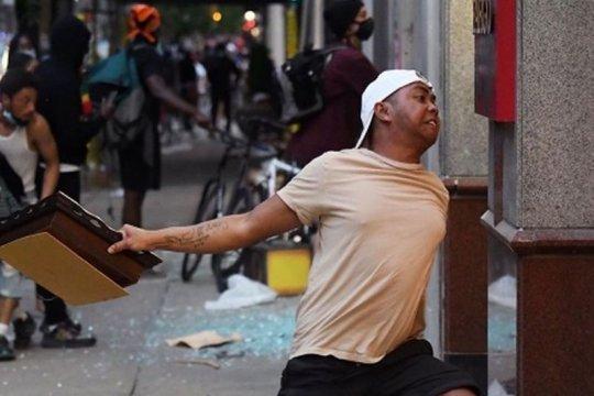 Pria bertato peta Indonesia dalam unjuk rasa AS minta maaf